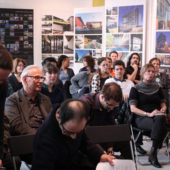 Café des Z'A 5e – Le joyeux (?!) sort du bâtiment une fois livré au client